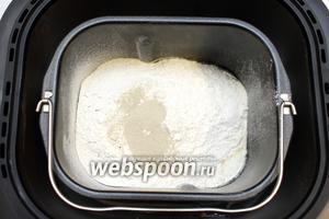 Всыпать дрожжи. Установить чашу в хлебопечку.