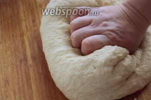 Переложить тесто на стол и месить ещё 10 минут до гладкости.