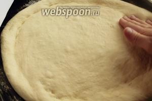 По истечении времени, переложить тесто на противень и сформировать по желанию. Я расплющила руками широкий, средней толщины пласт, так выглядит наш традиционный хлеб.