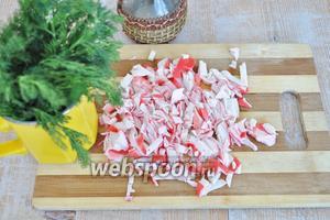 Крабовое мясо разморозить и нарезать.