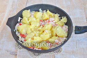 Картофель разломать вилкой и положить в сковороду. Посолить и обжарить.