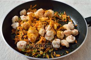 Немного обжарив морковь с луком, добавляю вареные креветки, специи (2 гвоздики, 3 горошины чёрного перца, 1 кардамон, 1 ч. л. куркумы и 1 шепотка семян тмина) и продолжаю жарить минут 5-7.
