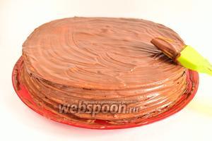Теперь собираем торт Микадо. Каждый корж смазываем кремом и укладываем на него следующий корж. На 1 корж уходит примерно 1,5 столовые ложки крема. Сверху и по бокам тоже обмазываем торт кремом.