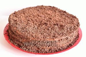 Шоколад натрите на крупной тёрке и обсыпьте обильно верх торта и бока. Вот такой шоколадный слоёный армянский торт Микадо получается. Даём торту постоять и пропитаться хотя бы 2 часа. Приачём эти 2 часа не убираем торт в холодильник, а оставляем пропитываться при комнатной температуре. А затем уже можно убрать в холодильник.
