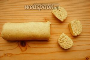 Делаем из теста «колбаску» и нарезаем на куски.