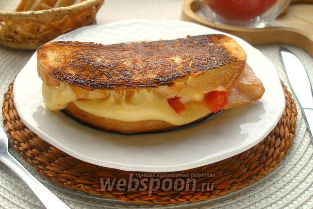Фото Горячий сэндвич с двойным сыром, томатом и беконом