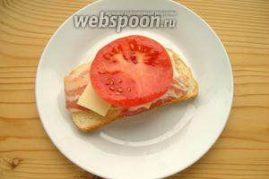 Затем — ломтик помидора.