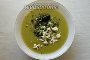Горячий суп разливаем по тарелкам, сверху суп посыпаем луком и брынзой.