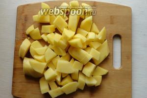 Картофель помоем, почистим, и режим на небольшие кубики.