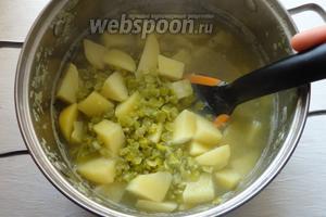 Буквально через 30 минут горох и картошка полностью сварятся.