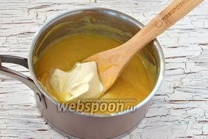 В горячий крем добавить сливочное масло. Размешать и оставить крем до полного остывания. Периодически помешивать крем, чтобы сверху не образовалась плёнка или накрыть крем пищевой плёнкой таким образом, чтобы она касалась всей поверхности крема и оставить до полного остывания.