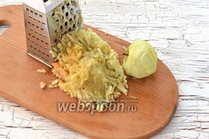 Яблоки очистить и натереть на тёрке с крупными отверстиями.
