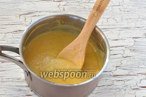 Готовить на маленьком огне, помешивая, приблизительно 3-4 минуты до загустения крема.