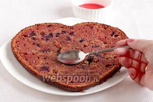 Разрезать бисквит на 3 коржа. Каждый пропитать жидкостью от коктейльной вишни или любой другой пропиткой, по вкусу.