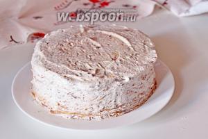 Промазать верх и бока. Отправить торт в холодильник на 2 часа.