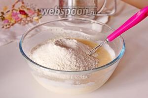 Всыпать просеянную муку с разрыхлителем и взбить тесто, чтобы не было комочков.