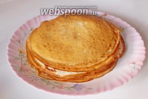 После того, как тесто «отдохнуло», жарим блины, смазав сковороду только перед выпечкой первого блина. Чтобы тортик получился высокий, используйте сковороду 18 см.