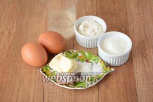 Для приготовления нам понадобятся яйца куриные, масло сливочное, сметана, минеральная вода, соль, сахар, мука пшеничная, сало солёное.