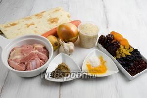 Чтобы приготовить плов, нужно взять армянский лаваш, рис, мясо куриное, морковь, лук, чеснок, изюм, курагу, финики, изюм, барбарис, кумин, куркуму, соль, кориандр, воду.