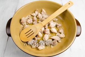 Мясо вымыть. Обсушить салфеткой. Обжарить на 1 ст.л. оливкового масла на сильном огне.