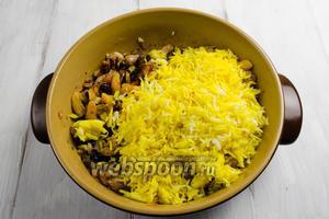 Готовый рис аккуратно (чтобы не сломать зёрна) выложить к мясу с овощами, пряностями и сухофруктами.