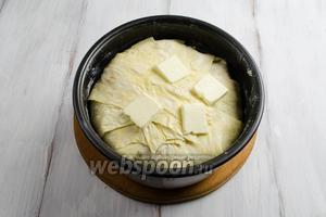 Закрыть начинку плотно полосками. Сверху положить кусочки масла. Поставить в горячую духовку. Запекать в течение 50 минут — 1 часа 10 минут при температуре 180ºC румяности.