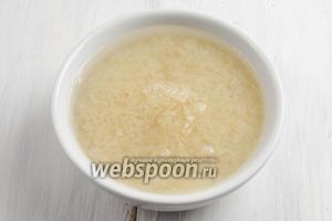 Рис промыть в семи водах, залить водой и отставить в сторону.
