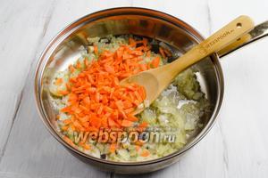 Морковь очистить, вымыть. Нарезать тонкими брусками. Добавить к луку. Продолжить жарить на среднем огне.