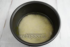 Залить рис холодной водой. Посолить. Поставить чашу в мультиварку. Закрыть крышку. Включить режим приготовления «Гречка». Время устанавливается автоматически. Ждать звукового сигнала. За время приготовления вода выпарится.