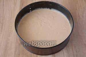 Форму для запекания смазать оливковым маслом. Вылить в форму тесто, предварительно разделив тесто на 2 части (чтобы получилось 2 коржа). Выпекаем тыквенные коржи, при температуре 200°С 40-50 минут. Готовность коржей проверяем деревянной палочкой, если палочка сухая — значит коржи готовы. Такую же процедуру проделываем со второй частью теста.
