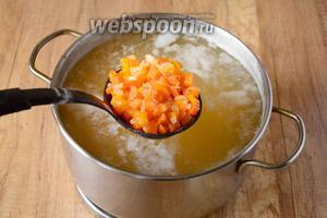 Затем добавляем зажарку. Варим суп до полной готовности, картофеля и тыквы — они должны быть мягкими.