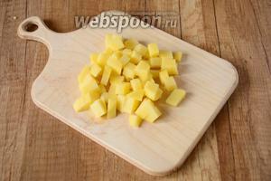 Картофель порезать средними кубиками.