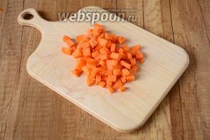 Морковь режем средними кубиками.