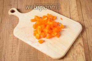 Болгарский перец также режем средними кубиками.