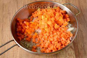 В сковороде разогреть оливковое масло. Выложить лук, обжарить до золотистого цвета. Затем выложить морковь, перец и тыкву. Солим и перчим по своему вкусу. Хорошо перемешиваем и обжариваем на среднем огне, около 7-10 минут.