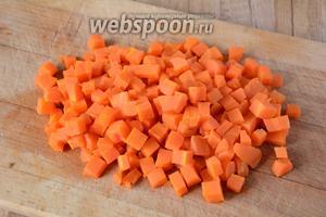 Отварную морковь порезать мелкими кубиками.