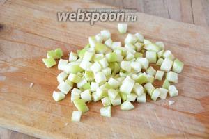 Яблоко отделяем от семечек. Режем яблоко средними кубиками.