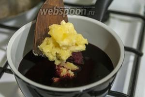 Выкладываем 1/2 мёда в горячий вишнёвый сок.