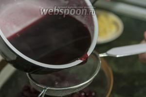 Растворяем желатин, не доводя до кипения. Выливаем жидкое желе из вишнёвого сока и мёда на консервированные вишни. Используем для этого ситечко.