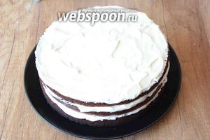 Бока торта не надо смазывать кремом, только верхний корж.