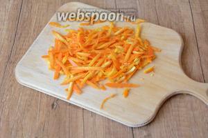Цедру апельсина натереть на крупной тёрке. Цедру апельсина выложить на пергаментную бумагу.