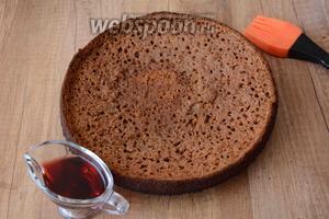 Тыквенный корж пропитать вишней на коньяке. (Корж необходимо выложить на блюдо).