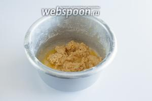В кашу ввести растопленное масло, как следует перемешать. Получится всё равно не очень гладкое тесто.