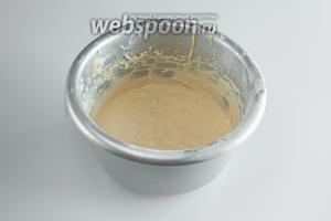 В несколько порций вмешать или вбить на низких оборотах миксера взбитые белки. Получится тесто по консистенции сметаны.