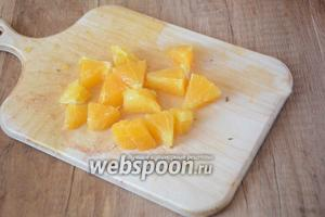 Апельсин очистить, вырезаем апельсиновые дольки так, чтобы не затронуть белую часть кожуры. Режем дольки произвольно.