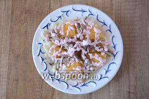 Утиное мясо выкладываем на апельсины, затем поливаем майонезно-клюквенным соусом.