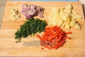 Нарезаем овощи (перец, картофель, лук, чеснок, укроп).