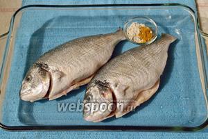 Рыбу кладём в огнеупорную стеклянную посуду или глубокую противень.
