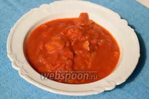 Сделайте поджарку, налив масло, добавив томатную пасту, немного воды, чеснок и подсолите.