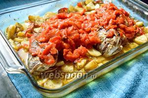 Проверьте через 1 час, мягкая ли картошка. Если готова (она должна уже быть готовой), вылейте поверх рыбы томатную подливку и снова положите ещё на 30 минут.